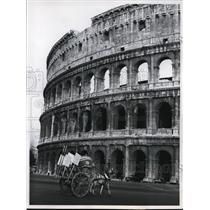 1960 Press Photo Horse-Drawn Carriage Creaking Past the Colosseum in Rome
