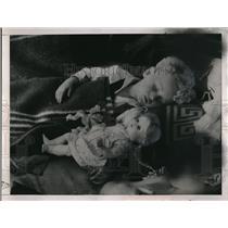 1938 Press Photo Czech refugee child at a Prague relief station