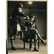 1922 Press Photo Two Scotch Lassies Remind NY Hotel Expo Men of Good Old Days
