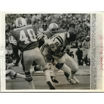 1974 Press Photo Dolphins Nick Buiniconti(85) slams Viking's receiver Voight(83)