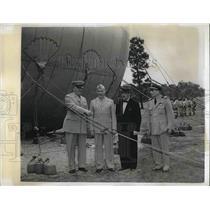 1943 Press Photo Maj.Gen.Sanderford Jarman explained Barrage Balloon to Visitors
