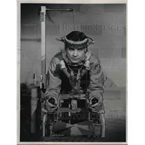 1948 Press Photo HT Hertzberg demonstrates a pilot's bed to eliminate fatigue