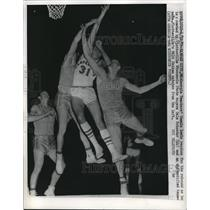 1959 Press Photo Connie Lewis reaches for the rebound. - nes11176