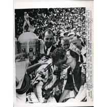 1962 Press Photo Rodger Ward, 1962 Speedway Race winner, gets a kiss - nes12840
