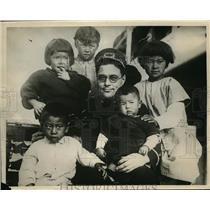 1925 Press Photo Refugees from Japan steamer Ginyo Maru & steward Chas Schultz