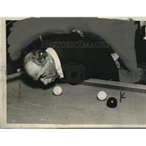 1924 Press Photo of Professor Lewis Playing 14.2 Balkline Billiards w/ His Nose