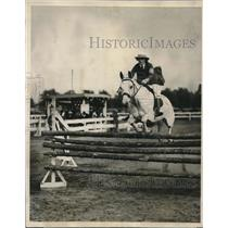 1926 Press Photo Miss Anna Hedwitch Makes Perfect Jump on her Thoroughbred