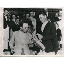 1935 Press Photo Bobby Cruickshank & Carl Dann Jr with PGA trophy in VA