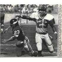 1976 Press Photo Viking Jeff Albright dives for ball vs Broncos Haven Moses