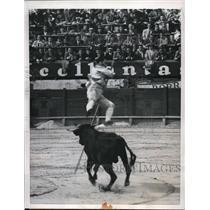 1957 Press Photo Bogata Columbia matador vaults from bull in Goyesca tournament