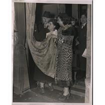 1938 Press Photo Mrs. Kinsler & Miss Eva Russak look at curtains on auction