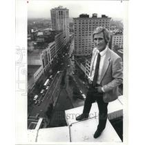 1986 Press Photo Jay Cochrane, Prince of the Air, atop the Halle Building