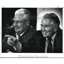 1989 Press Photo Bud Carson jokes with reporters