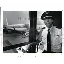 1988 Press Photo United Airlines Pilot Art Bentsen - cva01195