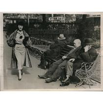1935 Photo Lily Pons Strolling Daintily Past Aged British Men London