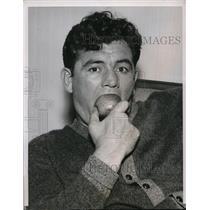 1937 Press Photo James Braddock eating apple in Michigan - nes21048