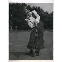 1946 Press Photo Mrs H K Marks follows through a long putt at North Hills Golf