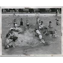 1934 Press Photo Kids Swimming, Splashing Cumberland Ave Pool, Cleveland Heights