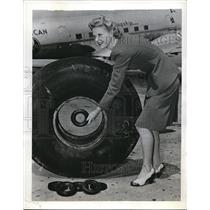 1942 Press Photo Norma Nelson Comparing Tires On Airfield Near New York.