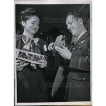 1945 Press Photo Beverly Fribbie And George E. Schalfer View Model Gliders