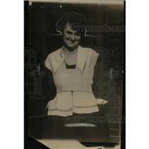 1915 Press Photo A woman smiling in a fashion outfit