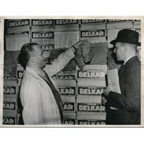 1937 Press Photo Auctioneer at New York City Grape Market