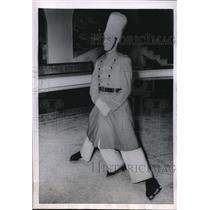1954 Photo London'd Desmond Scott Skates Well on Three Legs - nez12630