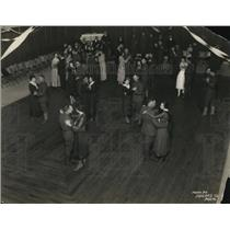 1919 Press Photo Crowd in hall dancing. - nex24836