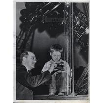 1950 Press Photo Five year old Eugene Good watches Dr. I. M. Levitt