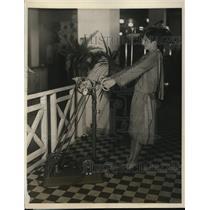 1926 Press Photo Daisy Mason on Oscillo Manipulator at electrical show