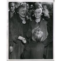 1953 Press Photo Mrs. Dorothy Haughton Talks to East German Refugee Children