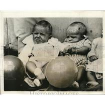 1931 Press Photo Baby comforts competitor in Catford Baby Show in London