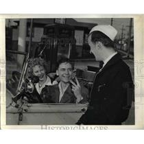 1942 Press Photo Seattle  With the gas rationing in effect Bill Gaffrey finds it