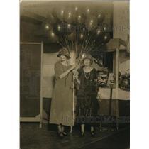 1922 Press Photo Miss Ann Watson and Miss Bertha Berens holding balloons