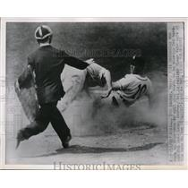 1951 Press Photo Umpire Bill McKinnley and 3rd baseman Mel Kedelein, Elmar Valo