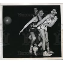 1948 Press Photo John Givens of Western Kentucky passes in NIT game vs LasSalle