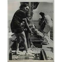 1937 Press Photo Mrs. Don Ayres hoists main halyard on sloop Branta