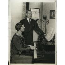 1930 Press Photo Jockey Earl Sande taking vocal lessons under Ms. Wentworth,