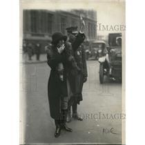 1923 Press Photo Miss Katherine Leslie directing traffic on 5th Avenue