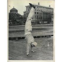 1937 Press Photo Sueo Ohe doing a hand stand