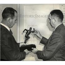1940 Press Photo Tom Piggot and Vere Windnagle holding college track trophy
