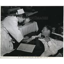 1943 Press Photo Arlington Va Gene Tunney & Red Cross nlood donation - nes24648
