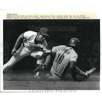 1986 Press Photo Cubs Chris Speier puts tag on Expos Andre Dawson in 2nd inning