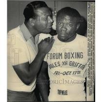 1969 Press Photo ex champ Ray Robinson advises ex champ Emile Griffith in LA