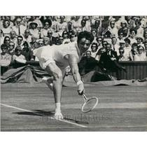 1966 Press Photo Margaret Smith, in action against Mrs. L.W. King at Wimbledon