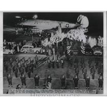 1951 Press Photo Gen.Douglas MacArthur Plane Bataan pulls up to unloading Ramp.
