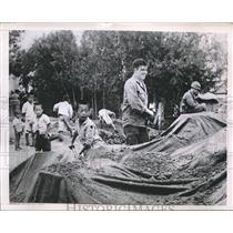 1950 Press Photo US GIs & Koreans cover supplies in camo at a base