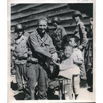 1950 Press Photo Pfc Joseph Whitaker & South Korean youngsters