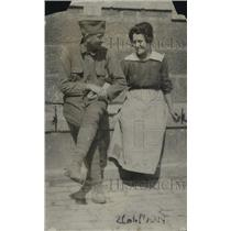 1918 Press Photo US Army soldier & a lady on some stone steps
