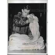 1941 Press Photo Soldiers of Parachute Battalion folded panel of his chute.